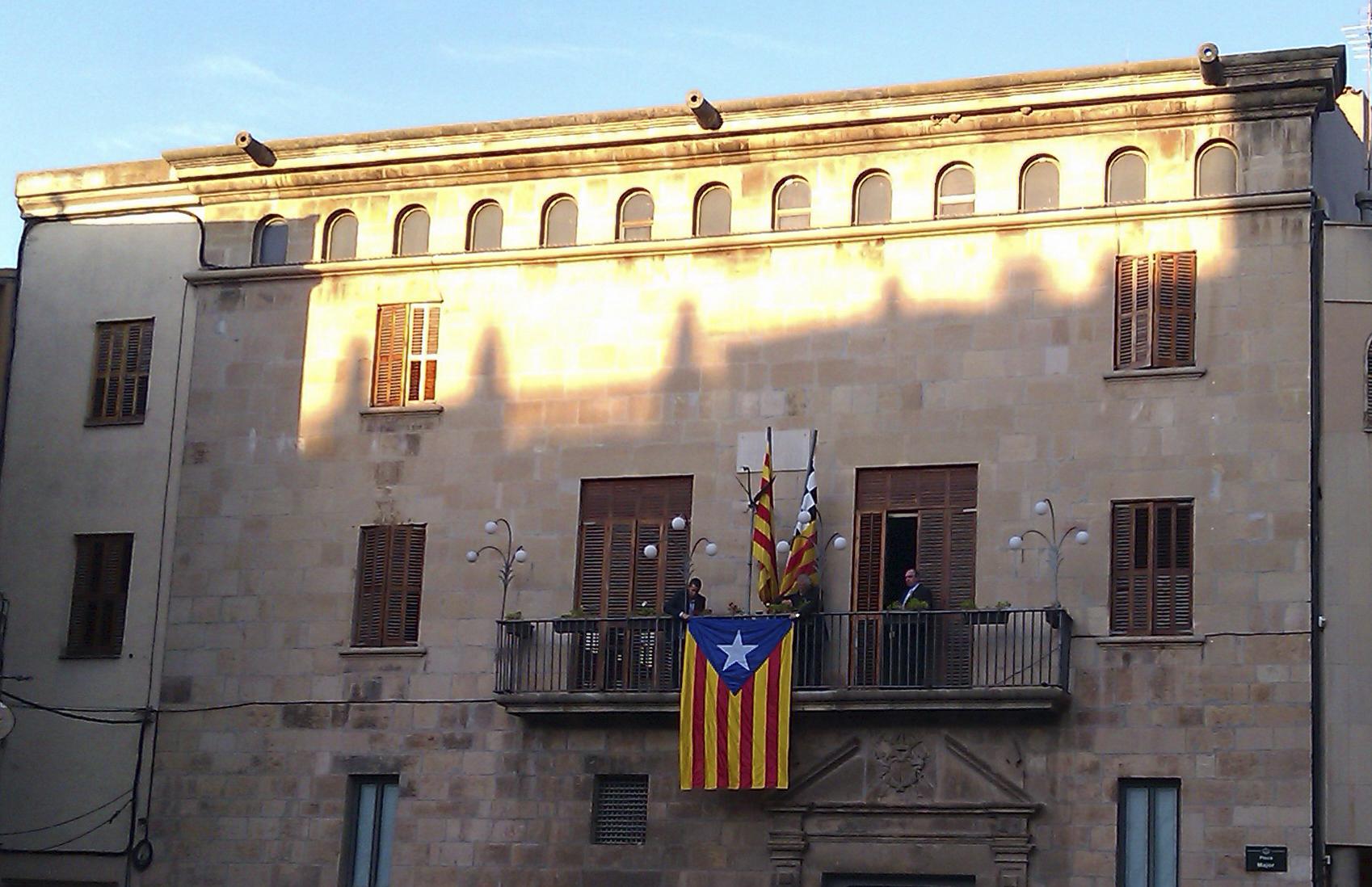 Tàrrega acata el requeriment de la Junta Electoral de Zona que obliga a retirar l'estelada del balcó de l'Ajuntament