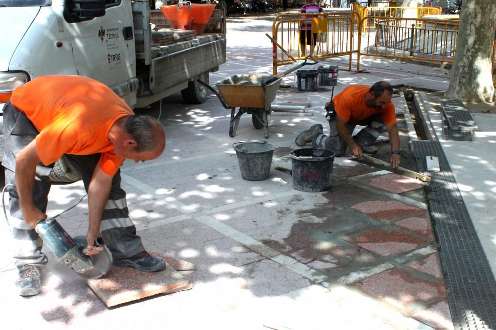 Treballs de renovació de lloses a la Plaça del Carme de Tàrrega (2)