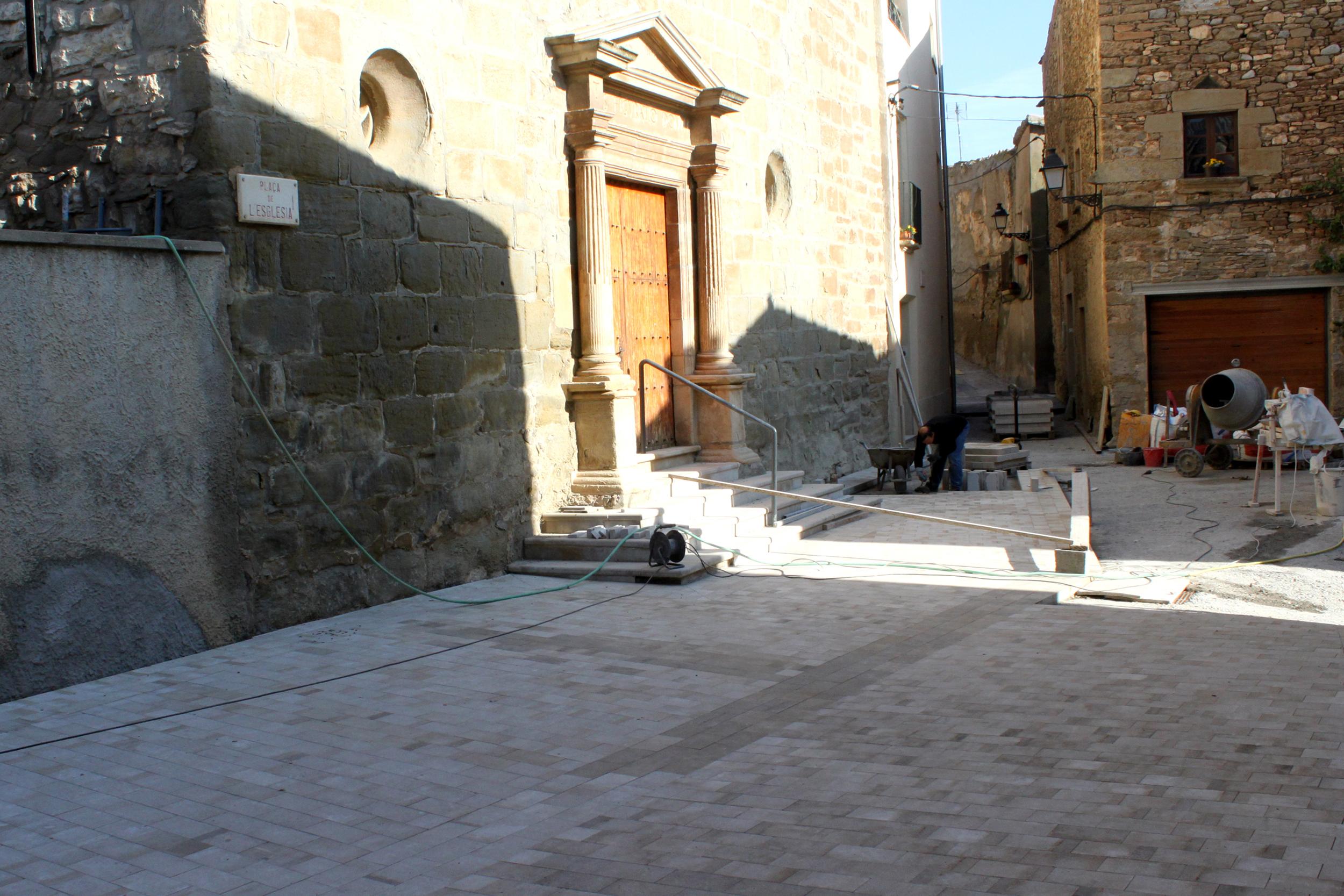 L'Ajuntament de Tàrrega renova el paviment de la Plaça de l'Església de Claravalls