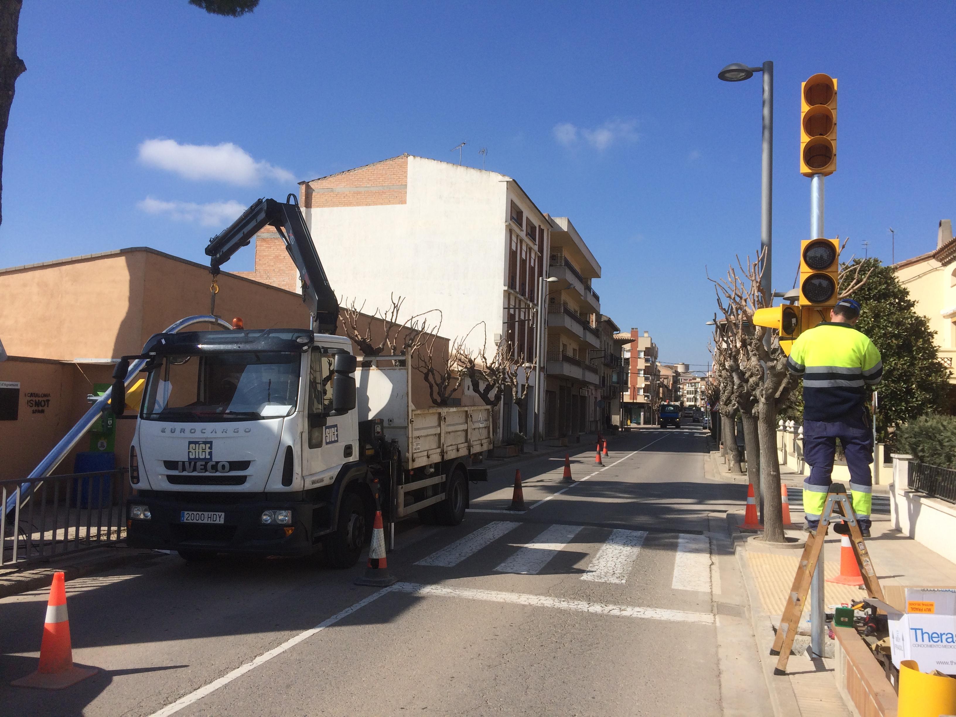 El  nou semafor a la L-303 a Agramunt  entrarà  avui en servei