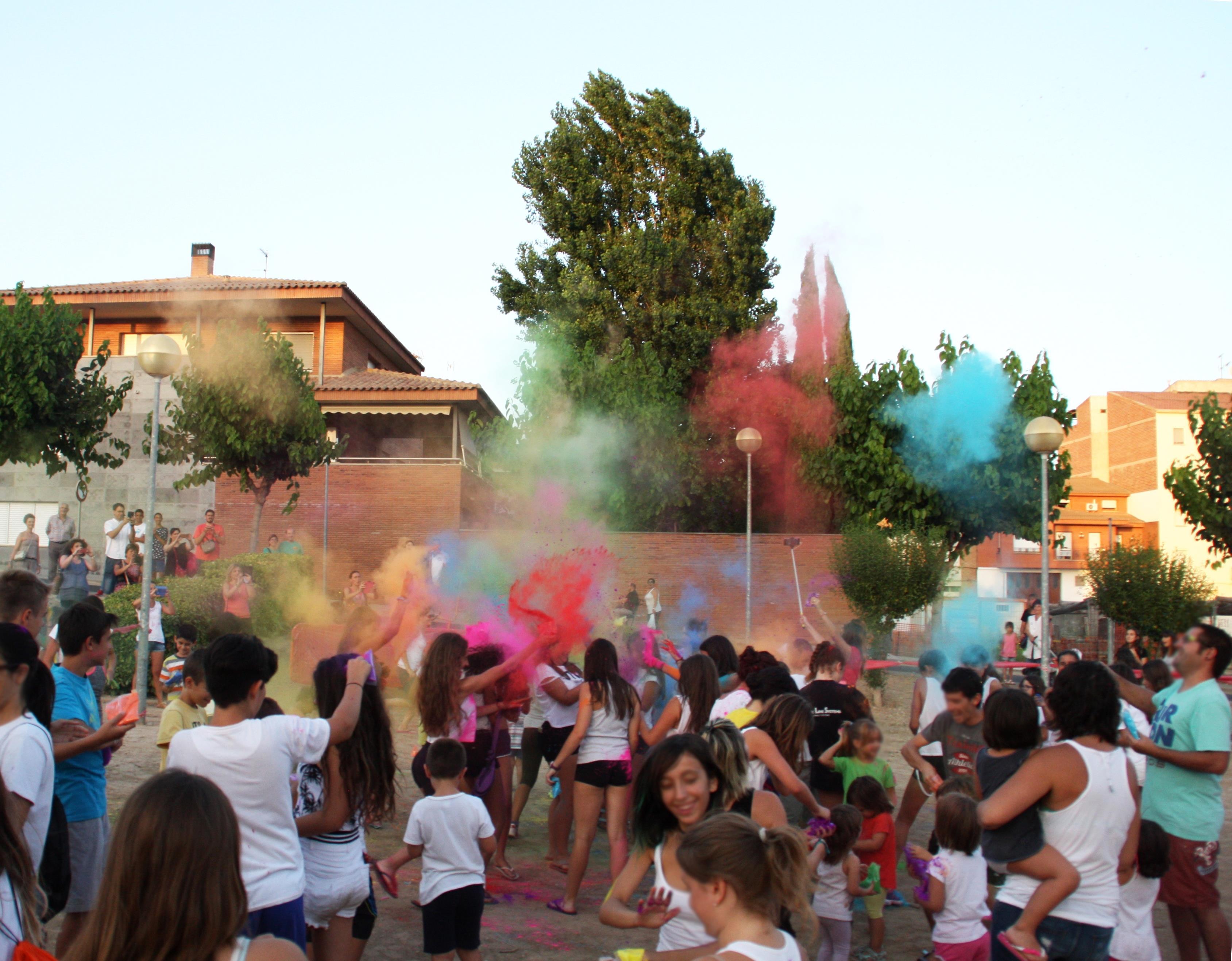 Bellpuig celebra la festa del barri de Les tres places amb un Holi Fest