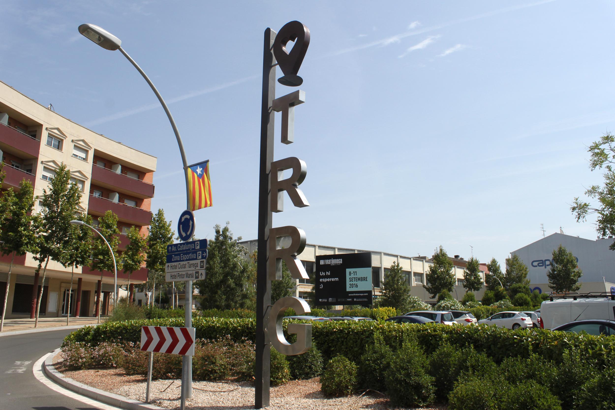 Tàrrega instal·la una reproducció gegant en acer de la marca promocional del municipi a l'entrada oest del nucli urbà