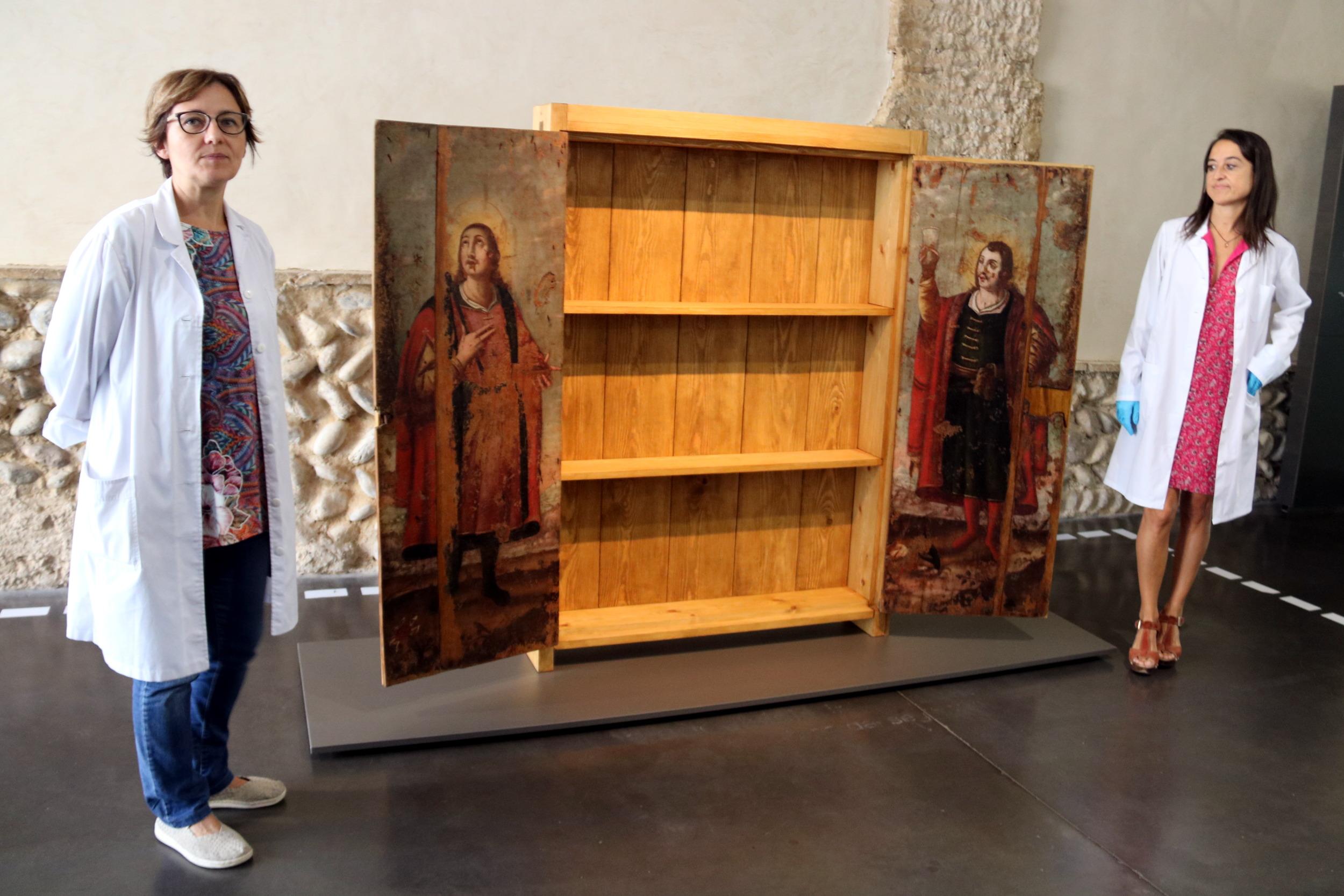 Els Museus de Lleida i Guissona presenten un armari de farmàcia del segle XVII, amb imatges de Sant Cosme i Sant Damià