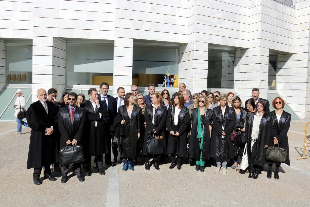 Pla obert on es pot veure una quarantena d'advocats concentrats a Lleida per rebutjar l'empresonament del vicepresident i consellers del Govern, el 3 de novembre de 2017. (Horitzontal)