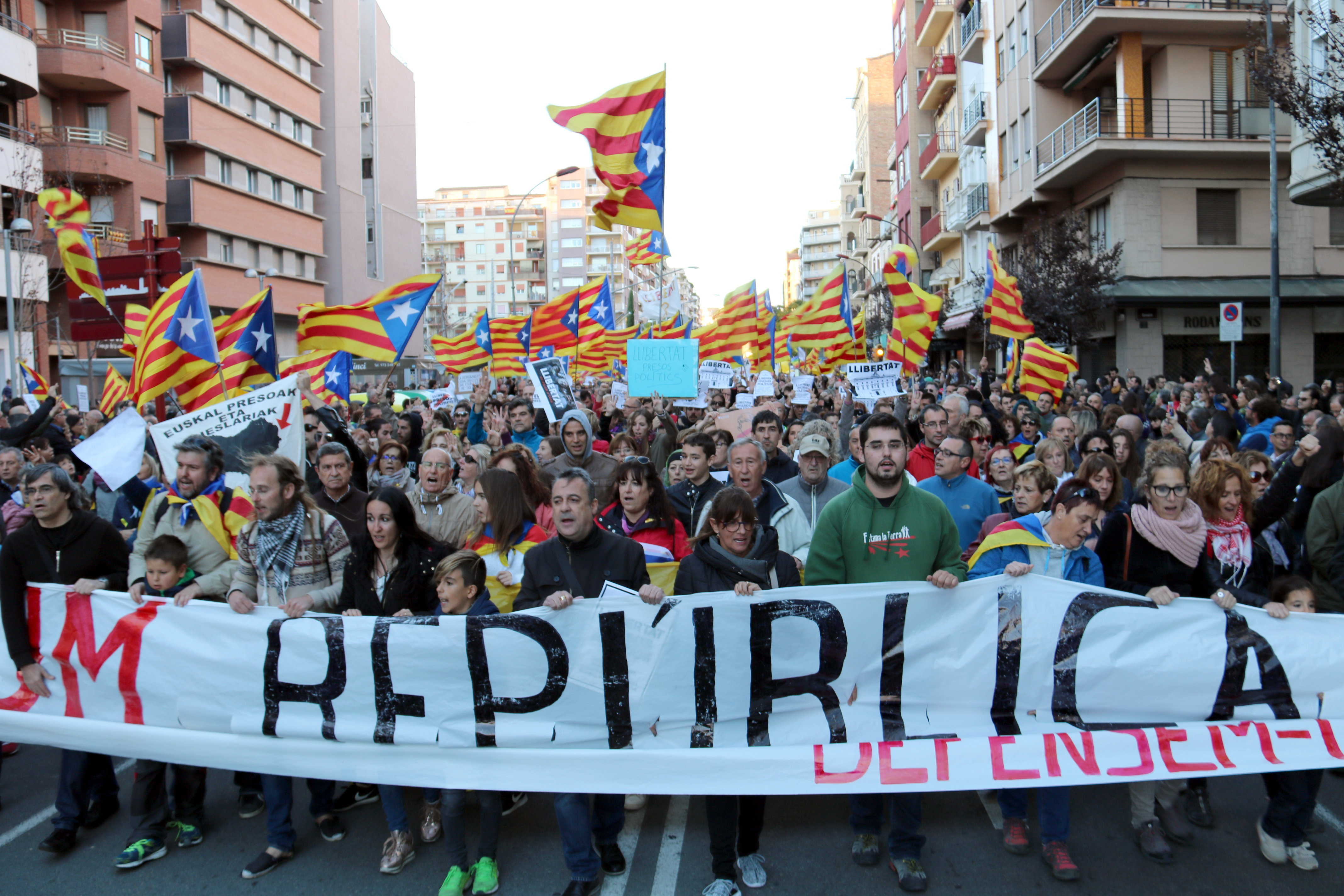 """Milers de persones tornen a omplir els carrers de Lleida reclamant llibertat pels """"presos polítics"""