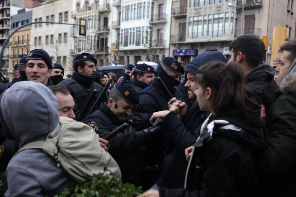 Agents dels Mossos d'Esquadra i els manifestants a l'exterior del Museu de Lleida s'enfronten davant la imminent sortida de les obres d'art cap a Sixena aquest 11 de desembre del 2018 (horitzontal)