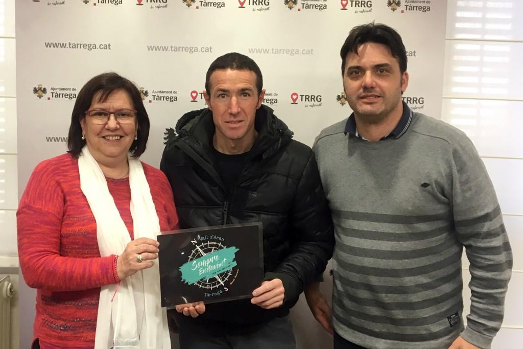 L'atleta Raül Arenas amb l'alcaldessa Rosa Maria Perelló i el regidor Jaume Folguera