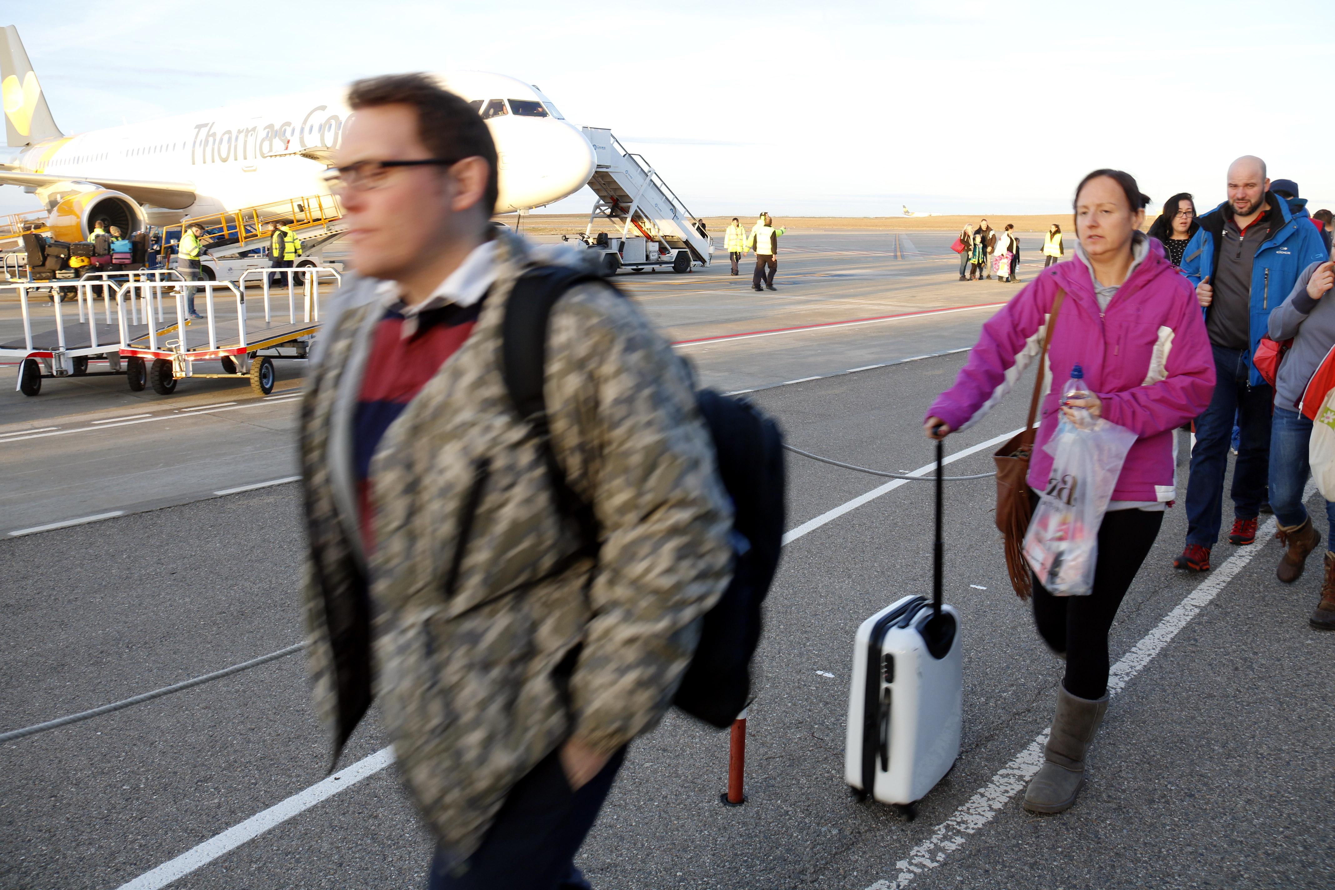 Aterren a l'aeroport de Lleida-Alguaire els primers vols amb esquiadors britànics de la temporada d'hivern
