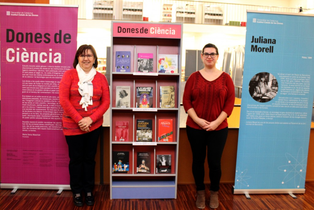 L'alcaldessa Rosa Maria Perelló ha visitat avui l'exposició acompanyada de la directora en funcions de la Biblioteca Comarcal, Clara Gilart