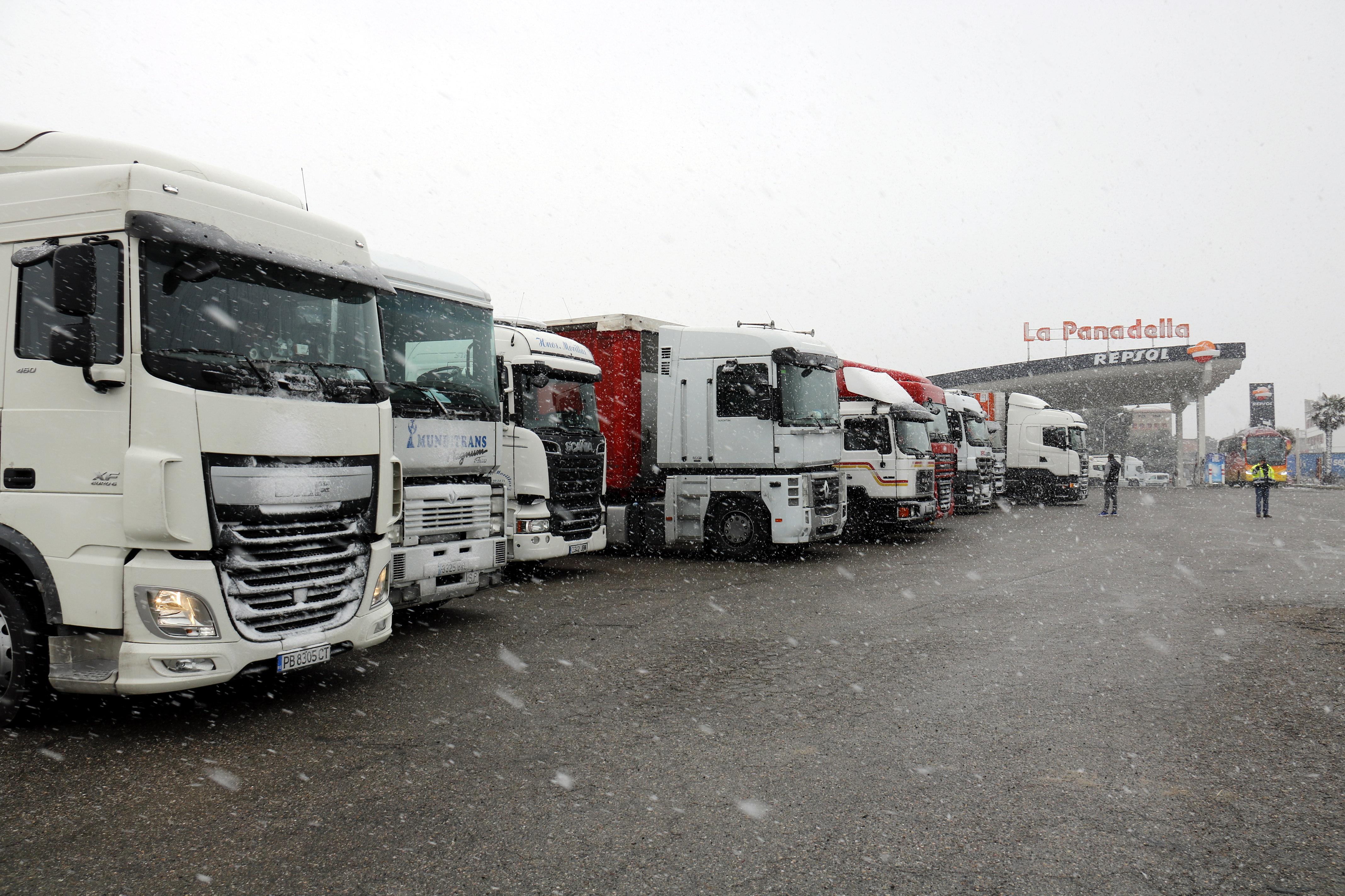 Els camions comencen a deixar de circular per les carreteres catalanes pel temporal de neu