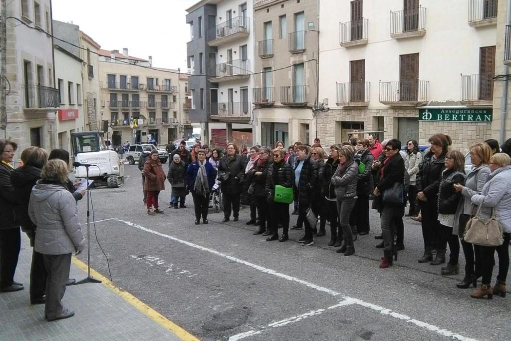 Acte Dia Internacional de les Dones a Bellpuig Concentració davant l'Ajuntament