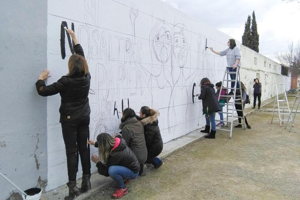 Acte Dia Internacional de les Dones a Bellpuig Realització d'un Mural