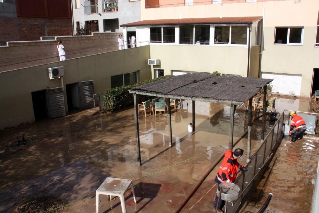 Imatge del pati de l'interior de la residència geriàtrica Ribera del Sió d'Agramunt amb Bombers treballant per retirar aigua, el 3 de novembre 2015. (Horitzontal)