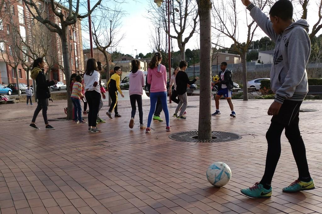 IMATGE D'ARXIU · Joves en espais públics de Tàrrega