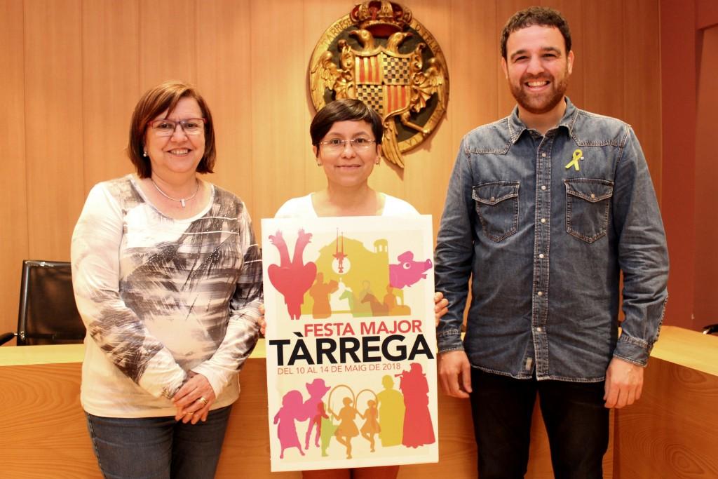 Miriam Paredes Sánchez mostra el seu cartell guanyador amb l'alcaldessa Rosa Maria Perelló i el regidor de Cultura, Raül Palacios