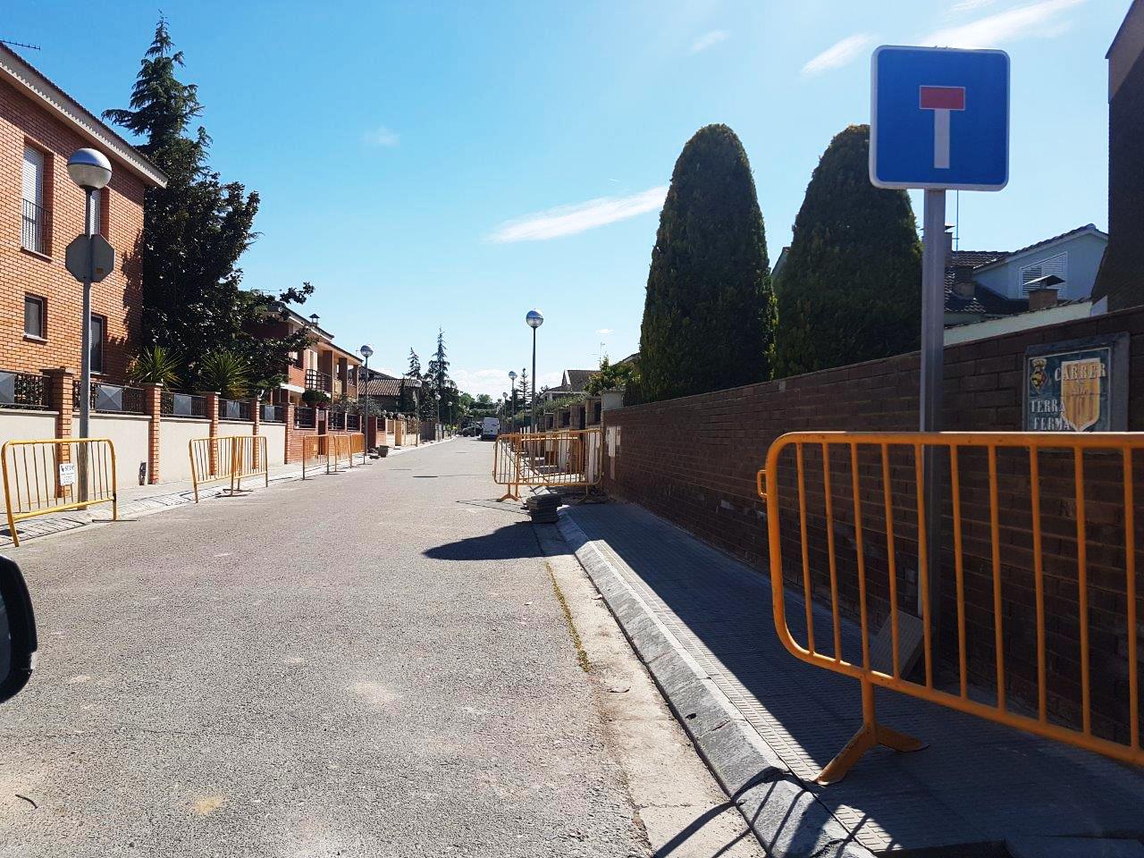 Bellpuig repassa les voreres de diferents carrers de la població per deixar-les en bones condicions.