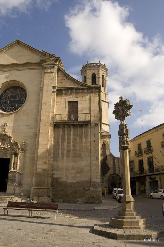 Imatge de la creu del terme que s'ubica a la plaça Major de Tàrrega. Imatge de l'1 d'agost del 2018. (Vertical)