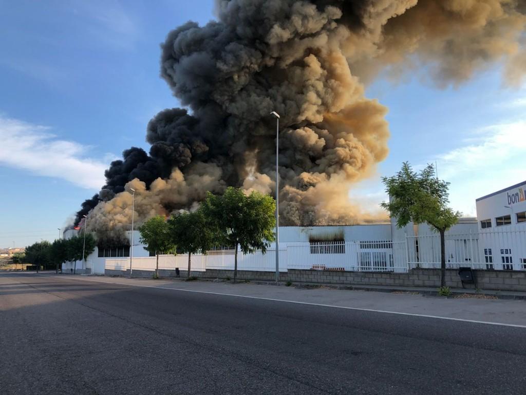 La columna de fum de l'incendi a la nau panificadora de l'Àrea de Guissona, el 4 d'agost del 2018 (Horitzontal).