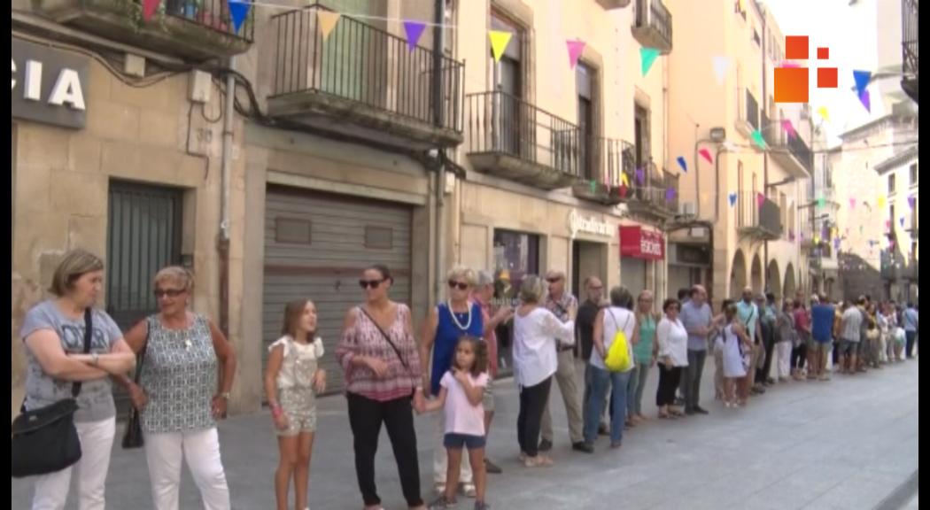 Cadena humana a Tàrrega pels 11 mesos de l'empresonament dels polítics catalans