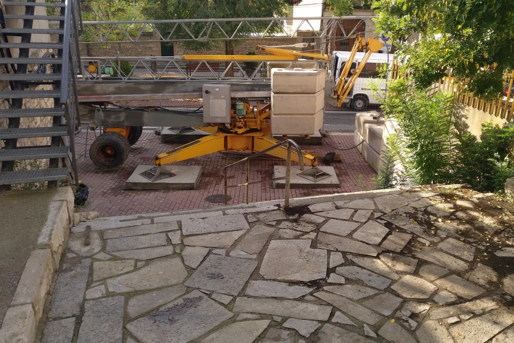 Grua ja instal·lada a les escales que es renovaran els propers dies