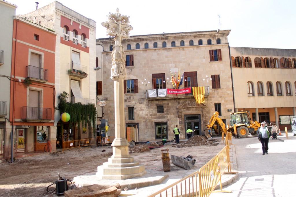 Imatges de les obres a la plaça major, avui dimarts, amb la creu de terme