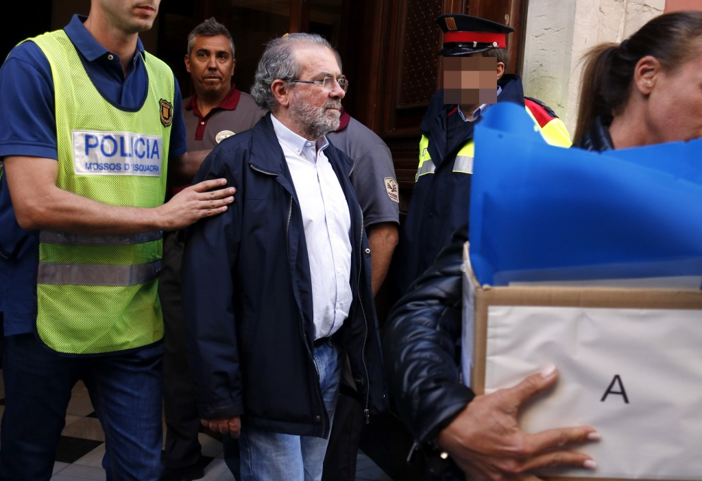 Pla mig on es pot veure el moment que s'emporten detingut al president de la Diputació de Lleida, Joan Reñé, el 2 d'octubre de 2018. (Horitzontal)