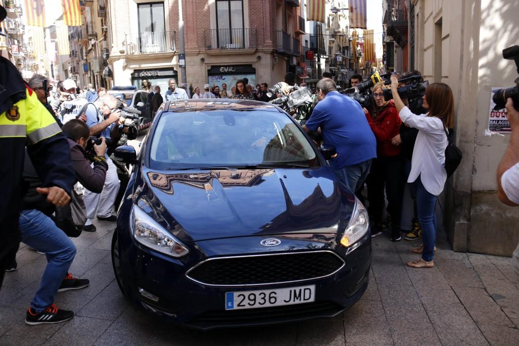 Moment en què un vehicle policial s'emporta detingut al president de la Diputació de Lleida, Joan Reñé, davant l'expectació mediàtica. Imatge del 2 d'octubre de 2018. (Horitzontal)