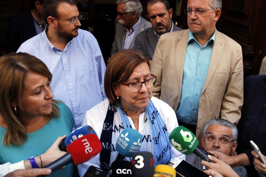 La vicepresidenta primera de la Diputació de Lleida i alcaldessa de Tàrrega, Rosa Maria Perelló, acompanyada d'altres vicepresidents i diputats, atenent la premsa després que els mossos s'emportessin Joan Reñé, el 2 d'octubre del 2018. (Horitzontal)