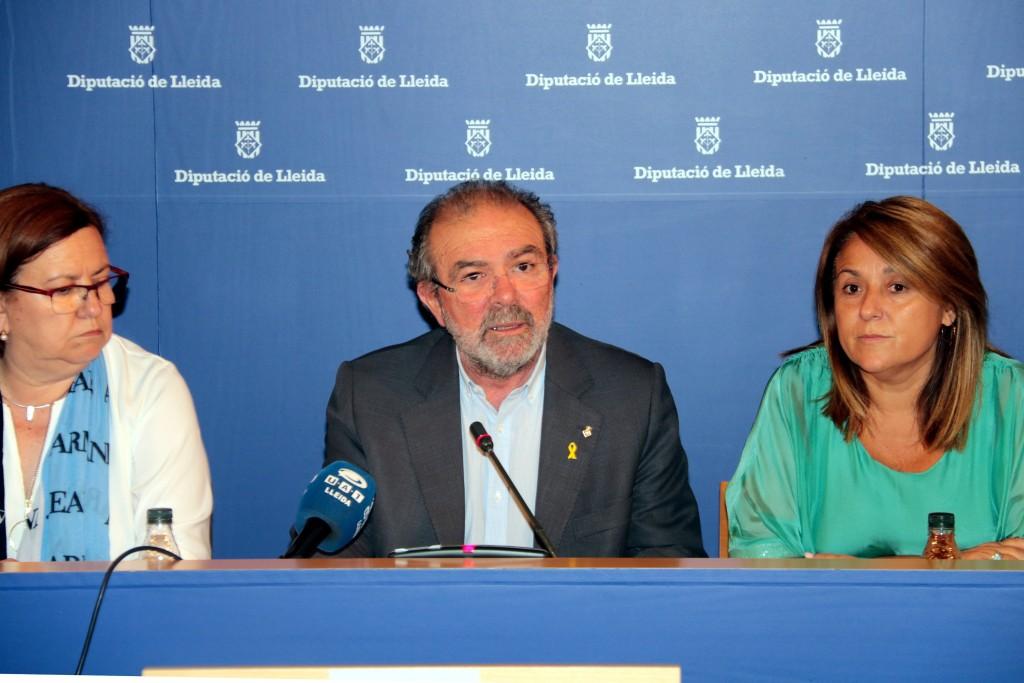 Pla mig del president de la Diputació de Lleida, Joan Reñé, acompanyat durant la seva compareixença per les vicepresidentes, Rosa Maria PErelló i Rosa Pujol. Imatge del 2 d'octubre del 2018. (Horitzontal)