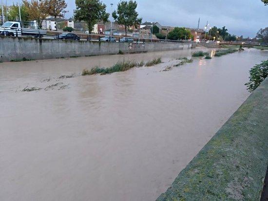 Pla general on es pot veure la rubinada de l'Ondara al seu pas per Tàrrega amb l'aigua a l'ample de la canalització, el 15 d'octubre de 2018. (Horitzontal)
