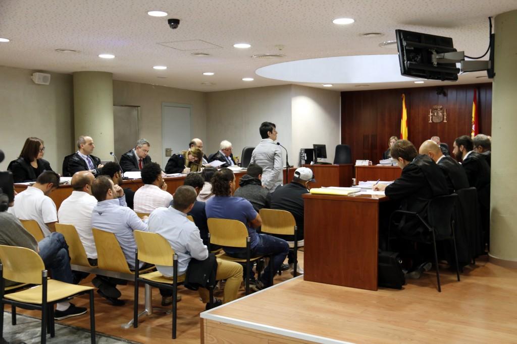 La sala de l'Audiència de Lleida que ha començat a jutjar 15 persones acusades de dos assalts violents a una masia de la Segarra, mentre declara l'exdona del propietari de la casa. Imatge del 16 d'octubre de 2018. (Horitzontal)