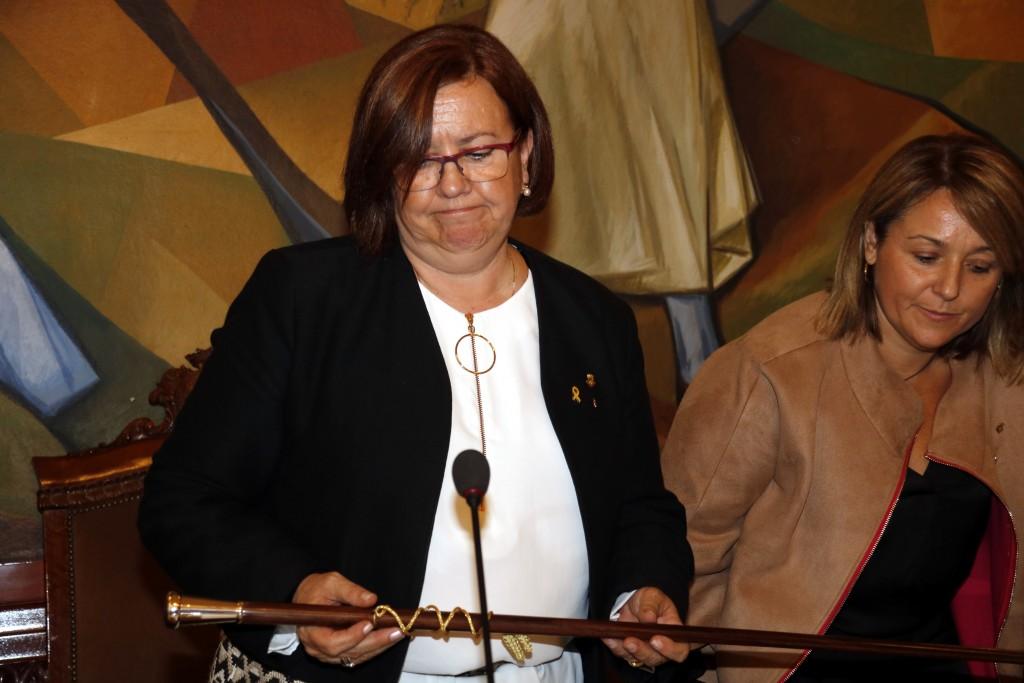 Pla mitjà on es pot veure la presidenta de la Diputació de Lleida, Rosa Maria Perelló, amb posat seriós després de ser investida i amb la vara de presidència, el 18 d'octubre de 2018. (Horitzontal)