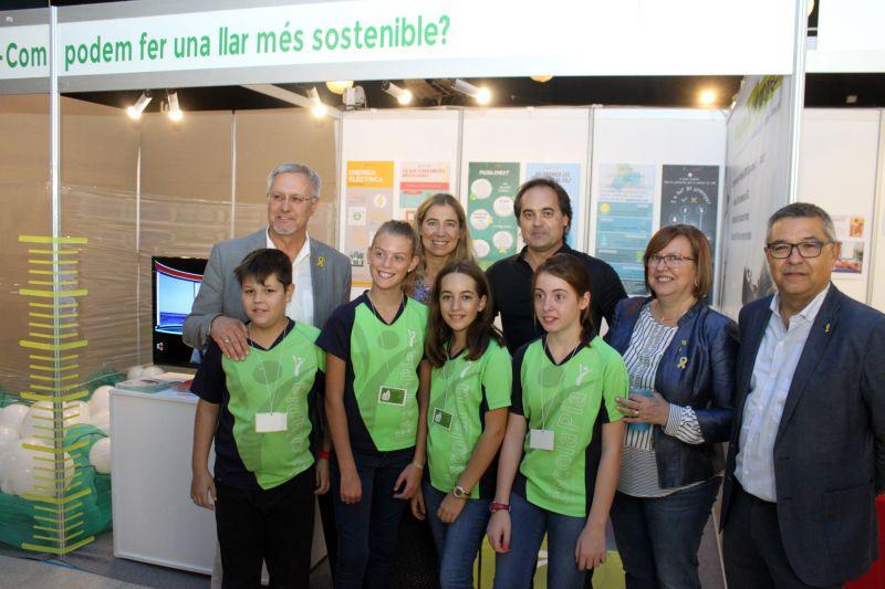 la_restauradora_ada_parellada_amb_les_autoritats_a_lestand_de_lescola_pia_el_qual_promou_les_llars_sostenibles