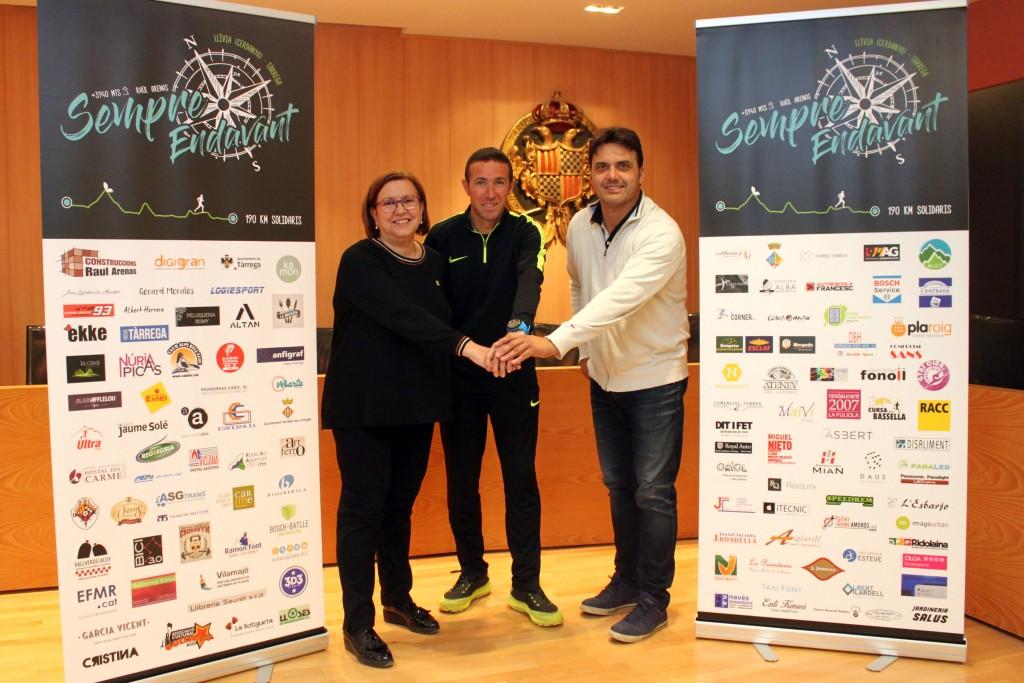 L'atleta Raül Arenas amb l'alcaldessa i el regidor d'Esports de Tàrrega