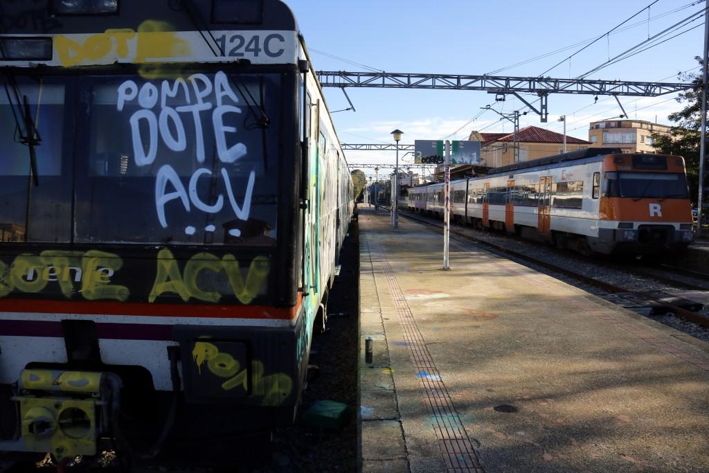 Pla general on es pot veure el tren de la R12 estacionat a Cervera que no ha pogut sortir perquè uns grafiters l'han pintat mentre arriba un altre tren de la mateixa línia en direcció Barcelona, el 7 de novembre de 2018. (Horitzontal)