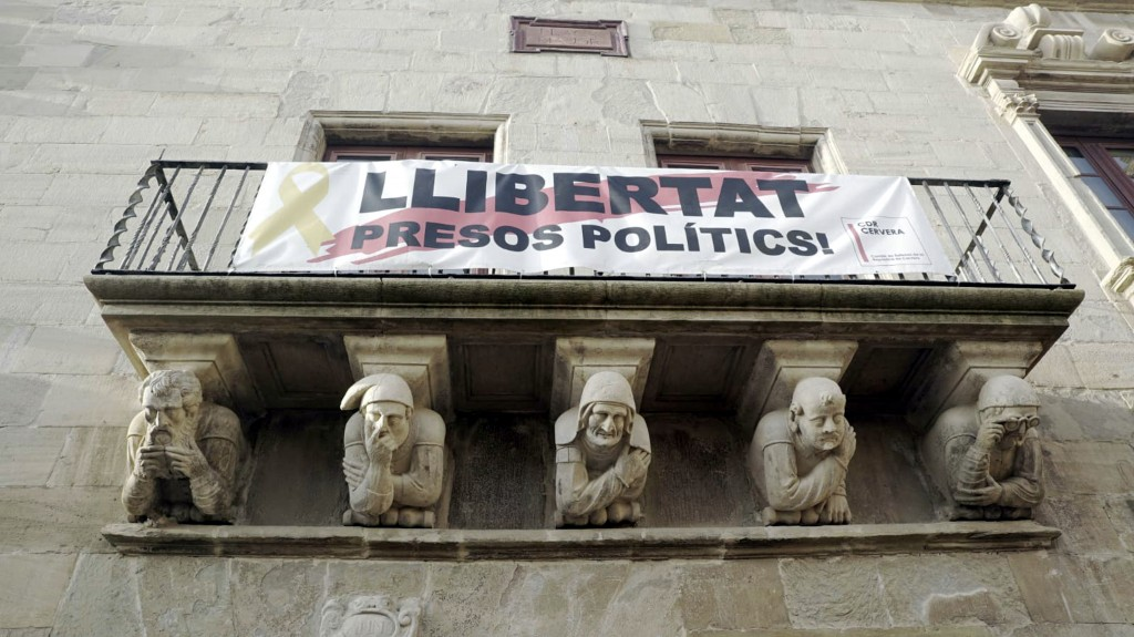 """Imatge de part de la façana de l'Ajuntament de Cervera on penja la pancarta de """"Llibertat presos polítics"""" feta en el marc de Cervera Vila del Llibre. El 10 de novembre de 2018. (Horitzontal)"""