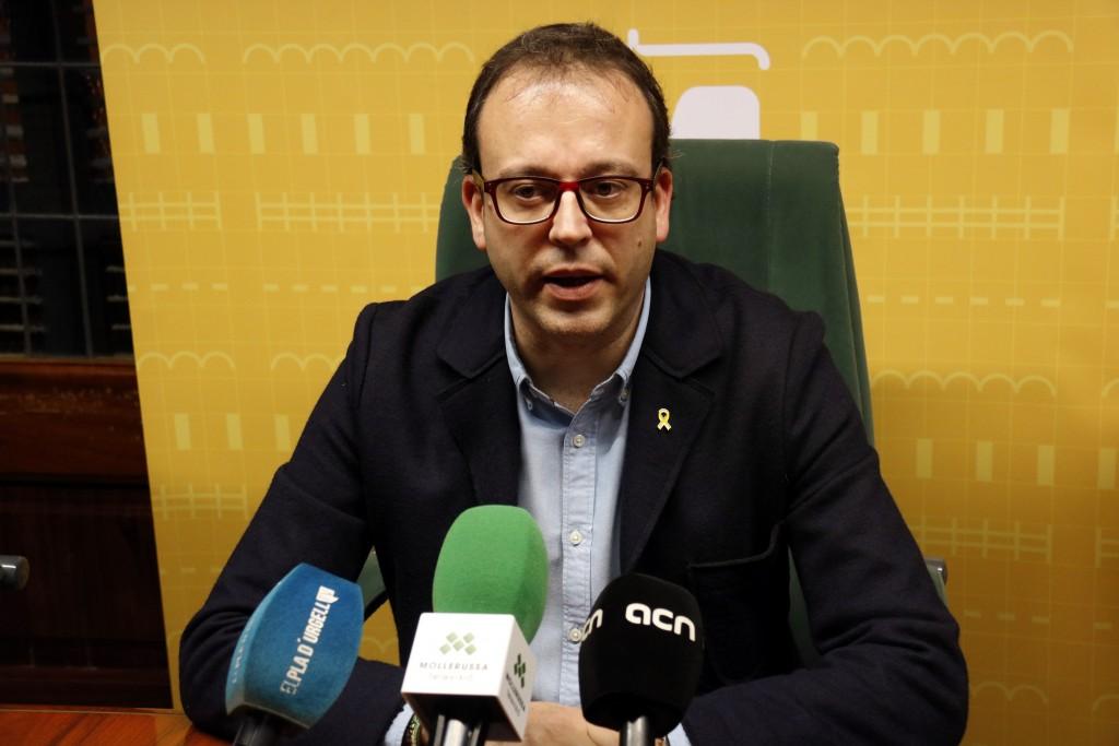 Pla mitjà de l'alcalde de Mollerussa, Marc Solsona, en roda de premsa el 13 de novembre de 2018. (Horitzontal)