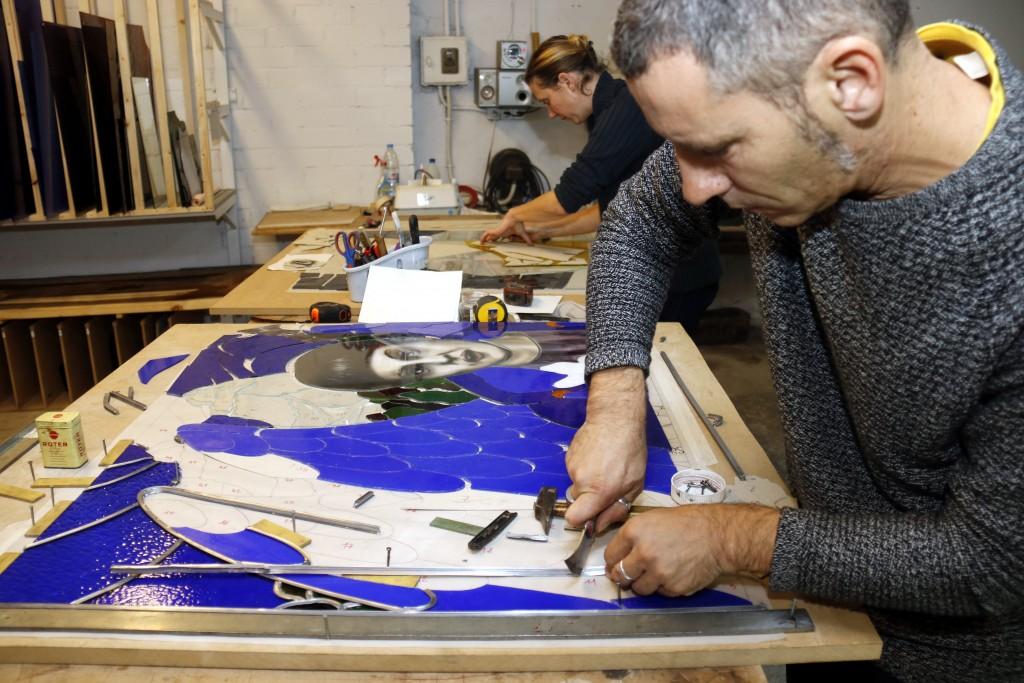 Pla mitjà on es pot veure el vitraller de Sant Martí de Maldà, Gerard Balcells i la vitrallera francesa , Émilie Castanier, treballant en dos dels vitralls per la democràcia, el 15 de novembre de 2018. (Horitzontal)