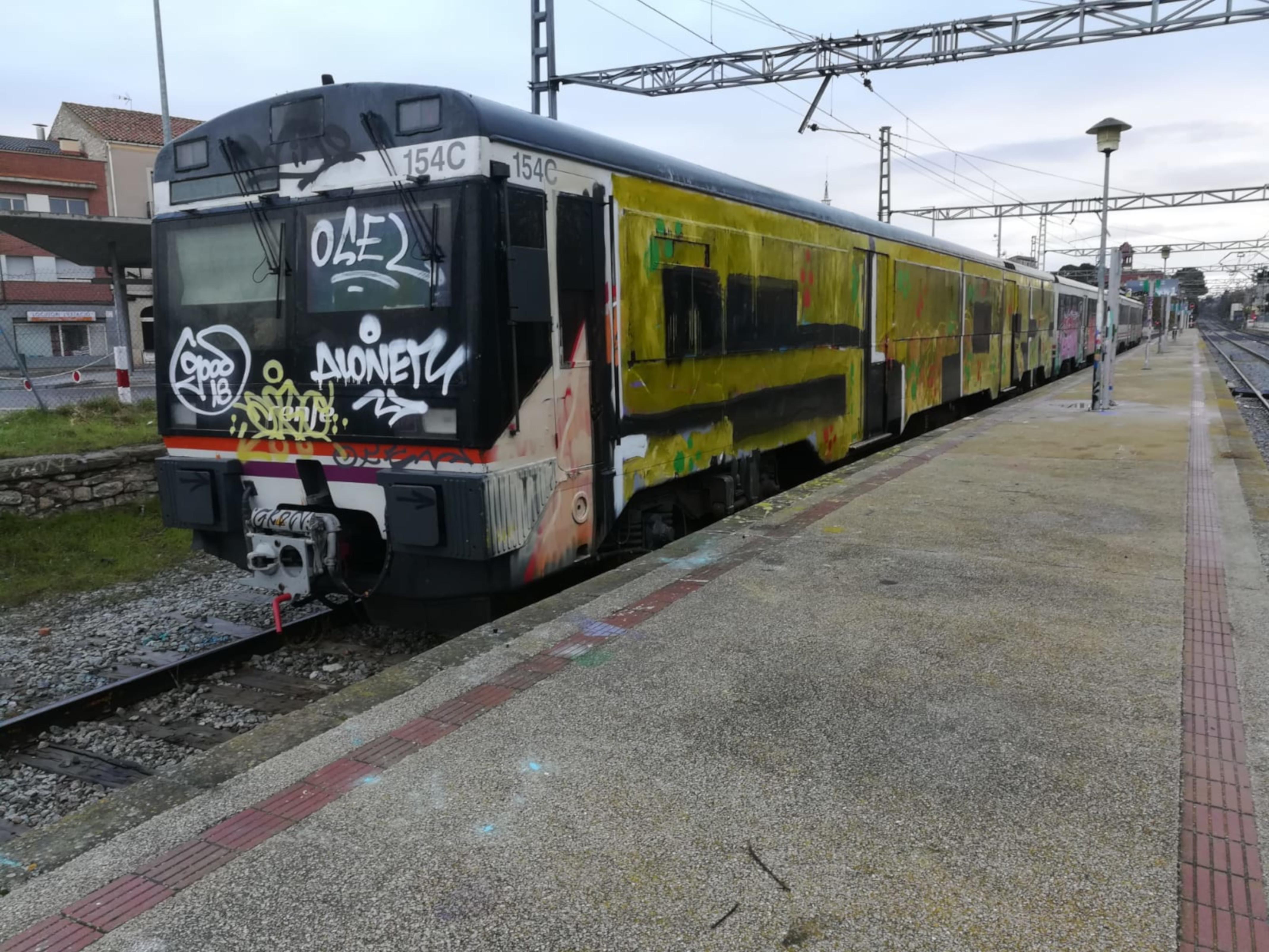 Uns grafiters pinten per segona vegada aquest mes un tren que havia de sortir de Cervera amb destinació Lleida