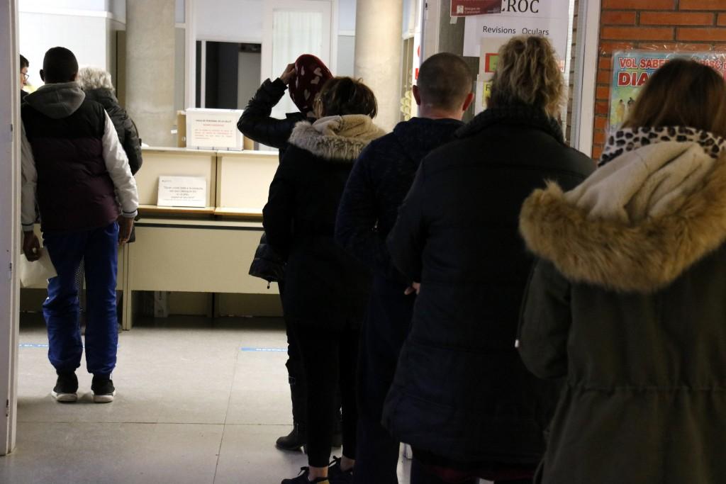 Pla mitjà on es pot veure gent fent cua per accedir al taulell de recepció del CAP de Tàrrega el 26 de novembre de 2018. (Horitzontal)