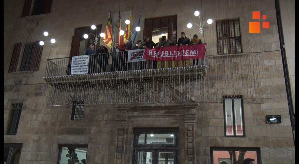 Els regidors del PDeCAT, ERC, Comú i CUP tornen a penjar pancartes a favor dels presos polítics  al balcó de l'Ajuntament