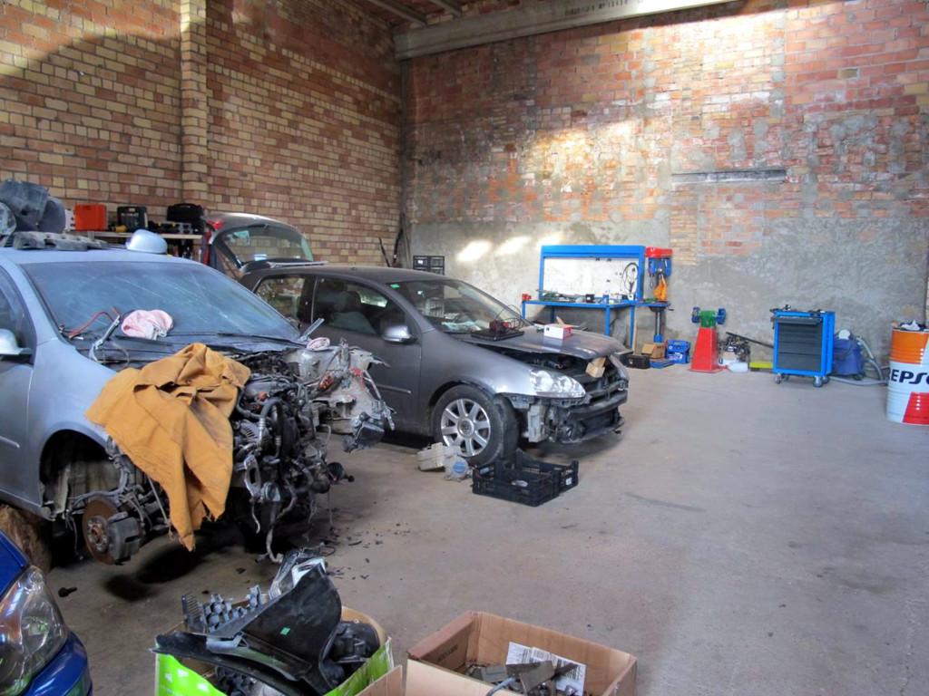 El magatzem que actuava de taller il·legal a la Segarra, amb dos dels vehicles que es reparaven. Imatge del 5 de desembre de 2018. (Horitzontal)