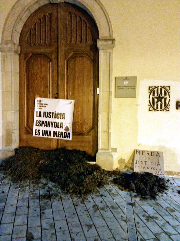 Fems escampats pels CDR i una pancarta, a les portes dels jutjats de Cervera. Imatge del 12 de desembre de 2018. (Vertical)
