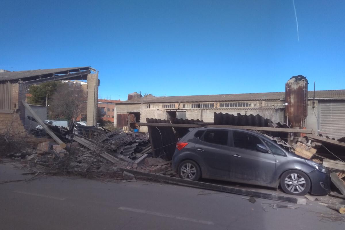 El vent tomba un mur d'una antiga fàbrica d'Agramunt i destrossa un cotxe