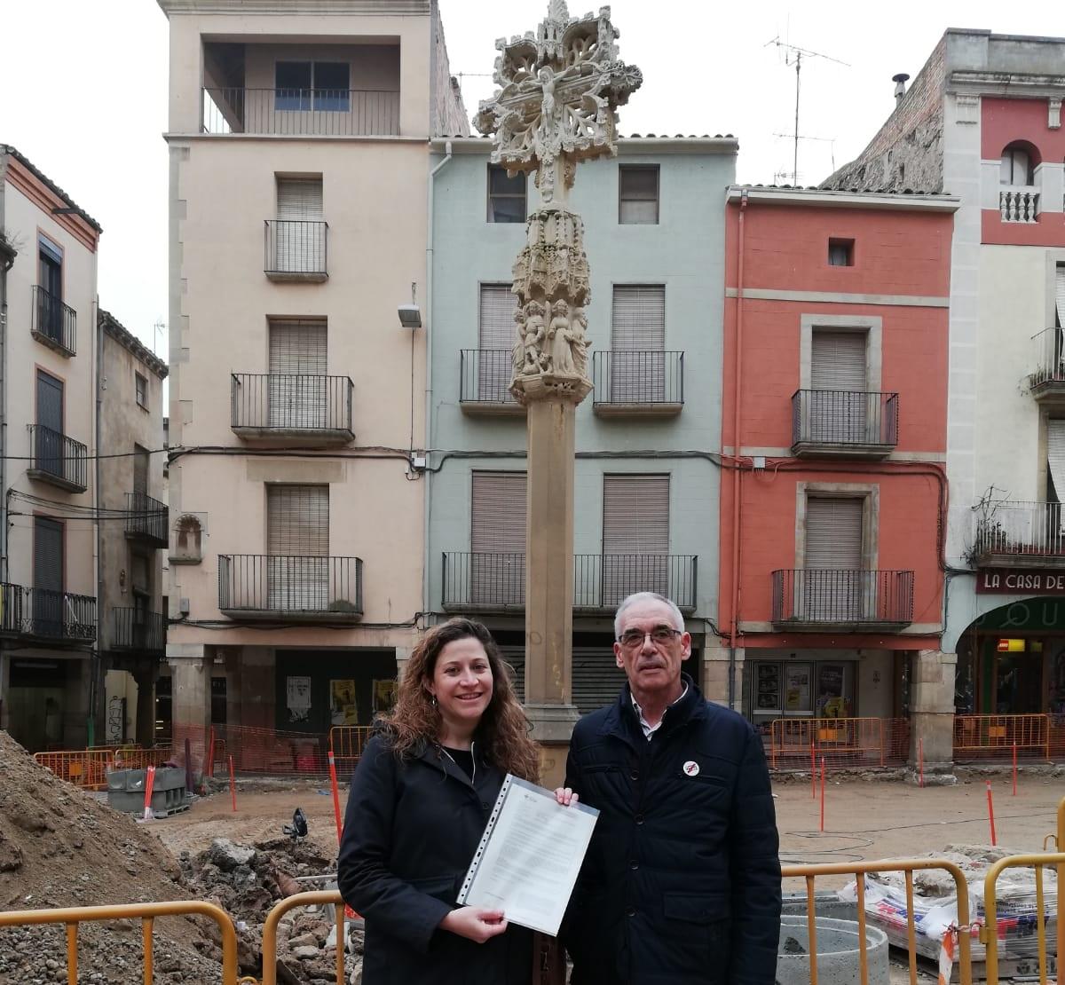 Les entitats reuneixen 500 firmes en 7 dies per demanar un debat públic sobre la creu de la Plaça Major