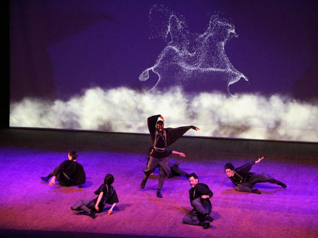 Imatge d'un moment de l'espectacle MEM que ha inaugurat Cervera, Capital de la Cultura Catalana, en què un grup de ballarins ha simulat diversos balls. El 19 de Gener de 2019. (Horitzontal)