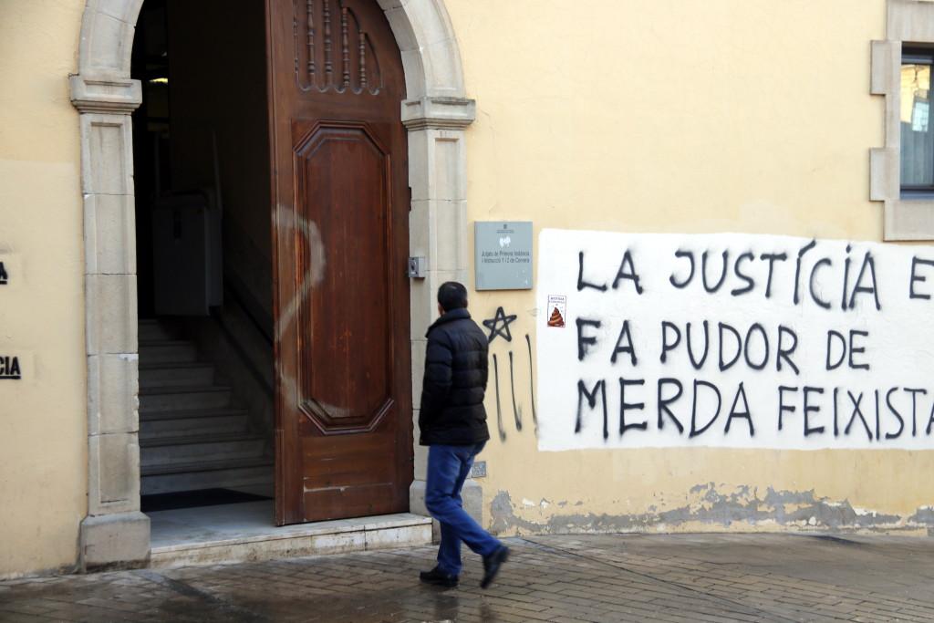 Pla mitjà on es pot veure un home entrant als jutjats de Cervera on hi ha pintades contra la justícia espanyola reivindicades pels CDR, el 4 de febrer de 2019. (Horitzontal)