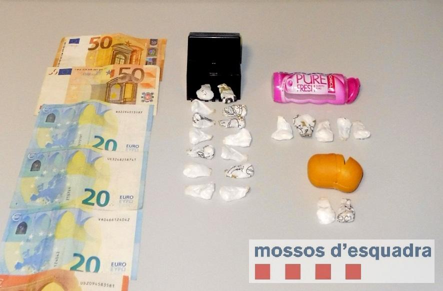 Pla general de la droga, els diners i els mòbils que els Mossos d'Esquadra van trobar a un detingut per vendre cocaïna a Tàrrega, l'1 de febrer de 2019. (Horitzontal)