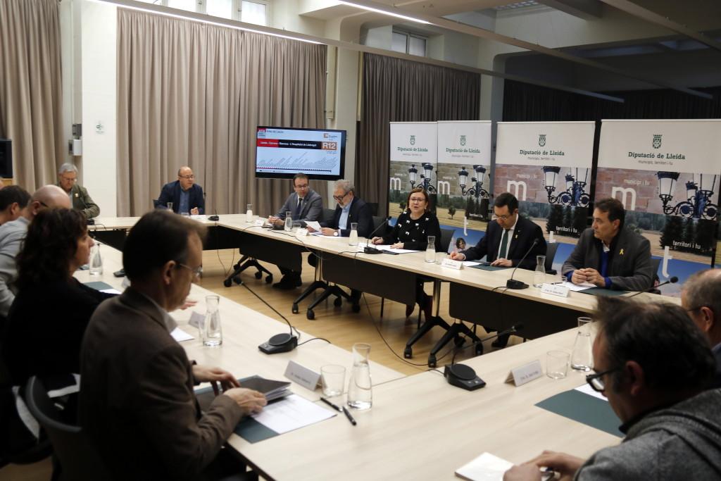 Pla general on es pot veure la reunió d'alcaldes de Ponent afectats per l'R12 a la Diputació de Lleida, el 12 de febrer de 2019. (Horitzontal)