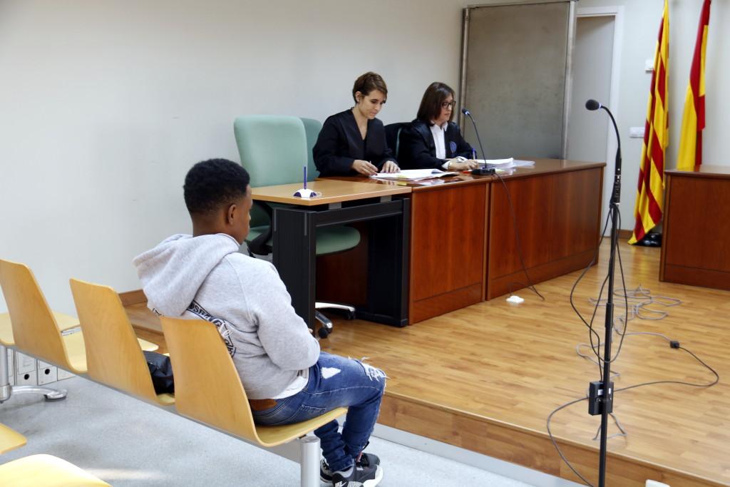 L'acusat de maltractar i abusar dels seus cinc germans a Bellpuig, abans de començar el judici al penal 3 de Lleida. Imatge del 23 d'octubre de 2018. (Horitzontal)